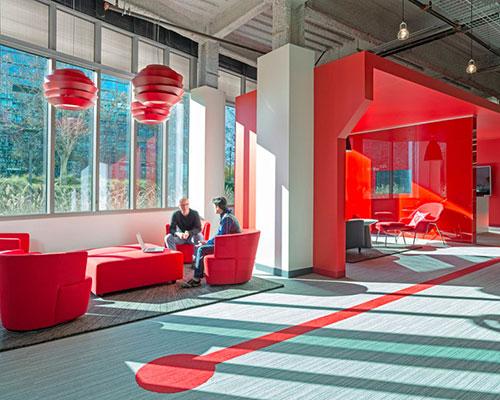 design blitz完成comcast红色办公室的设计