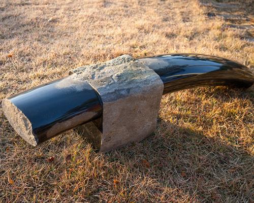 韩国艺术家 Byung Hoon Choi 在Friedman Benda美术馆展出了11件玄武岩沙滩椅