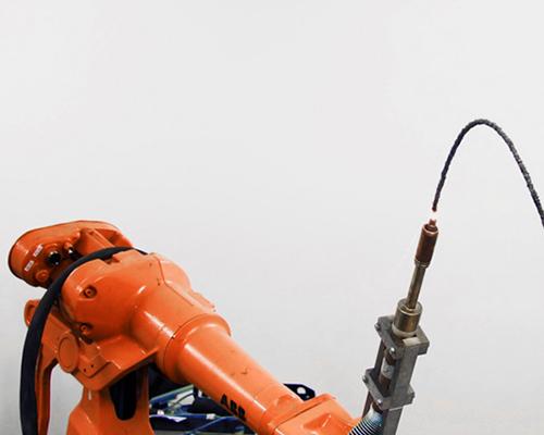 焦瑞斯拉曼利用三维喷绘焊接机创造了抗重力雕塑