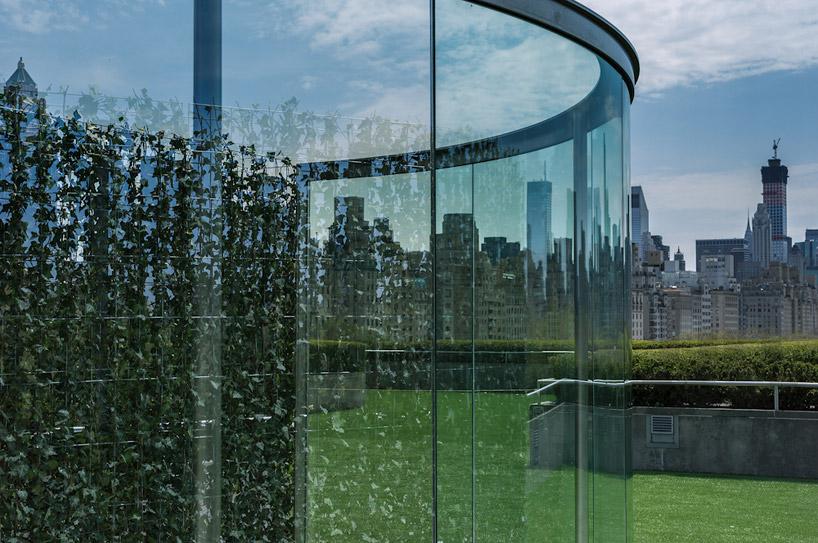大都会艺术博物馆屋顶花园双向镜由 dan graham 设计