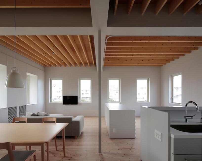 住宅内部空间通过木质格栅吊顶做区分