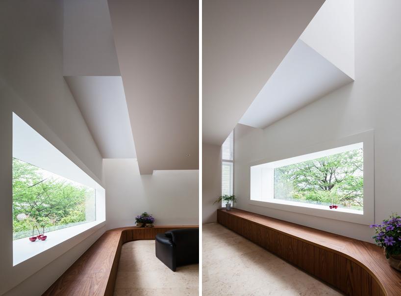 核心提示:在东京以西20公里处,日本的矢板建筑设计研究所建造了一座与周围自然环境亲密接触、和谐相处的建筑。该区域位于一个植被密集的小山丘上,在90年前就被规划成为一座花园城市。为了尽量挖掘并发挥该建筑场地的空间特征,满足享受绿色、清风与阳光的宗旨,设计师们精心地布置了通光孔,使得居住者们能够直接看到外面的自然风光。
