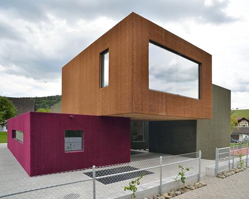 L3P architekten 为瑞士weiach一所幼儿园堆叠了多彩的积木状建筑