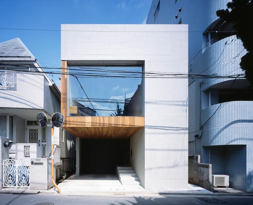 他们用木质的框架结构环绕在一面巨大的窗户周围
