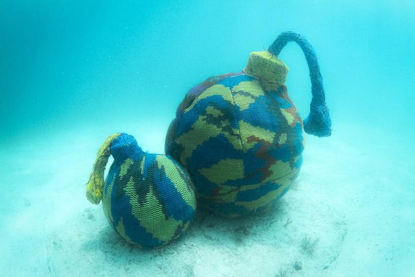 在海底最深处钩织水下作品