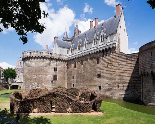 "Patrick Dougherty 在南斯城堡护城河边上编织""女王专属"""