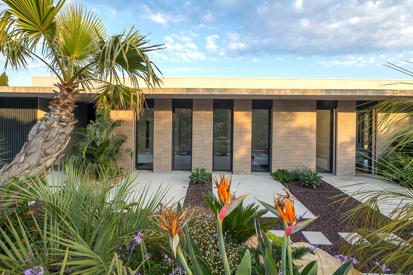 核心提示:Vincent Coste Architecte的设计师在法国土伦落成了一座名为A3住宅的别墅,该别墅占地200平方米。整个别墅的平面布局呈三角形造型。该别墅具有双重视角。也就是说,其一方朝向Sanary海湾,另一方朝向土伦海港。为了使得两个方向的美景都尽收眼底、一览无余,建筑师们进一步加长了建筑物的正面,因而建筑物的正面长度为35米。