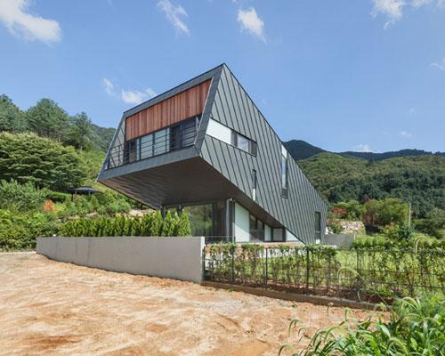 韩国乡村镀锌金属板包裹的倾斜住宅------- PRAUD