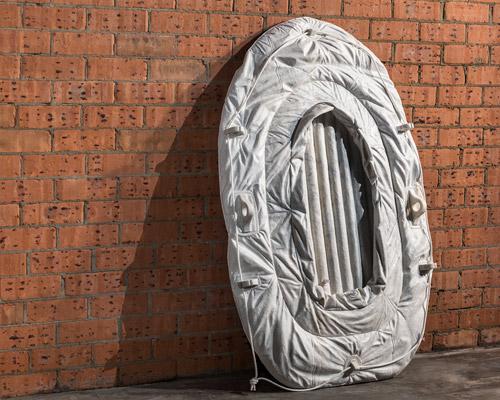 Alex Seton 用大理石雕刻充气物品纪念寻求庇护者