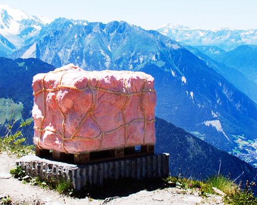 Andrea Hasler 在瑞士山安放肉块雕塑
