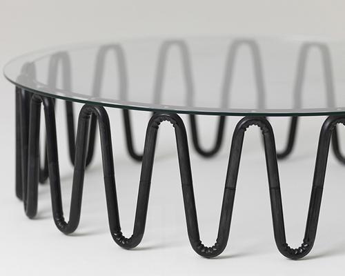 Bardsley用弯曲的钢管为 essenze 设计出系列家具
