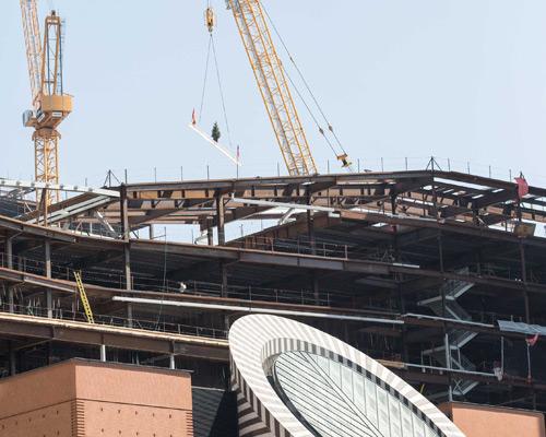 由施斯诺赫塔( sn?hetta )建筑事务所设计的旧金山现代艺术博物馆正在进行扩建改造工程