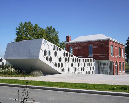 d'houndt+bajart设计从砖房延生的 倾斜 图书馆