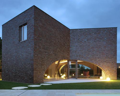迪特尔德沃斯建筑事务所( dieter de vos architecten )设计建造三大拱门式砖楼