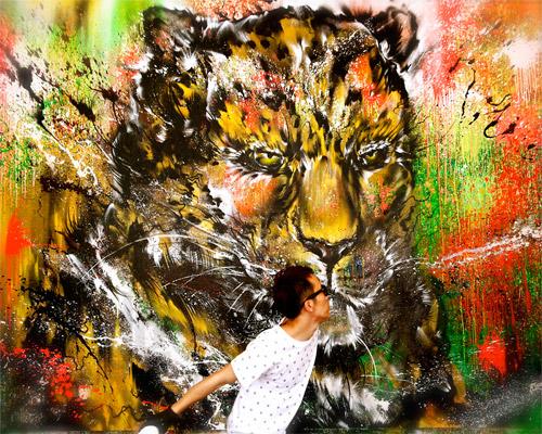 画图男 挥洒间一张美洲豹脸部肖像跃然墙上