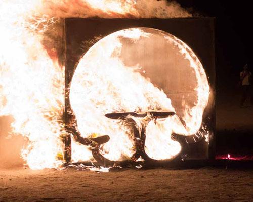 """闪耀在沙漠中的火光——john lum设计的"""" 子宫餐厅 """""""