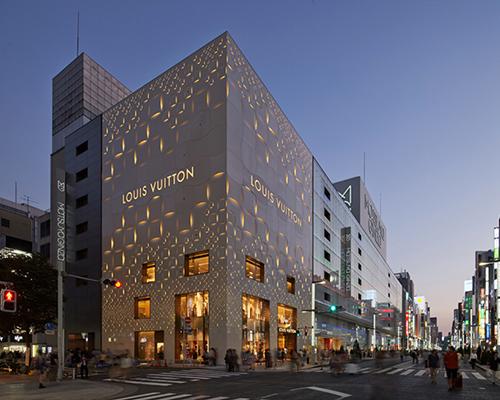 建筑师 青木淳 (jun aoki )设计的外立面带有图案的路易威登专营店