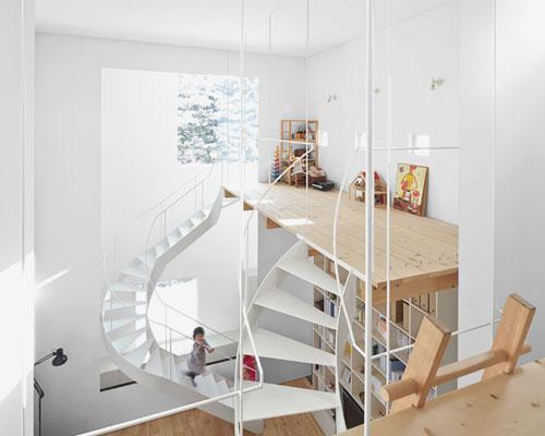 jun igarashi建筑事务所设计的 Case 住宅,围绕双重楼梯而建