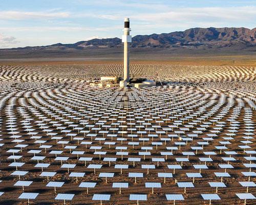 John Gerrard 在林肯中心广场模仿内华达州安装太阳能收集器