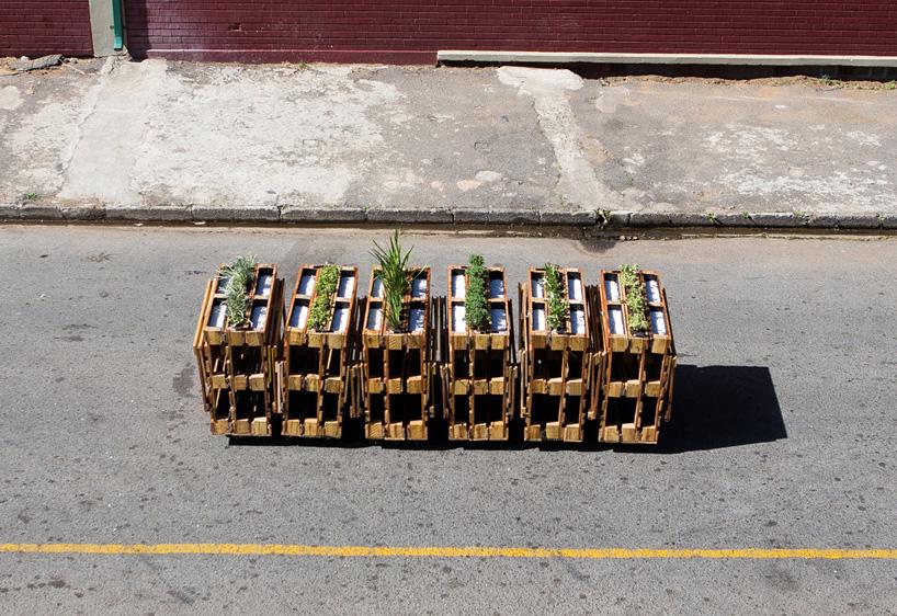r1-interlocking-mobile-benches-wooden-pallets-johannesburg-designboom-02