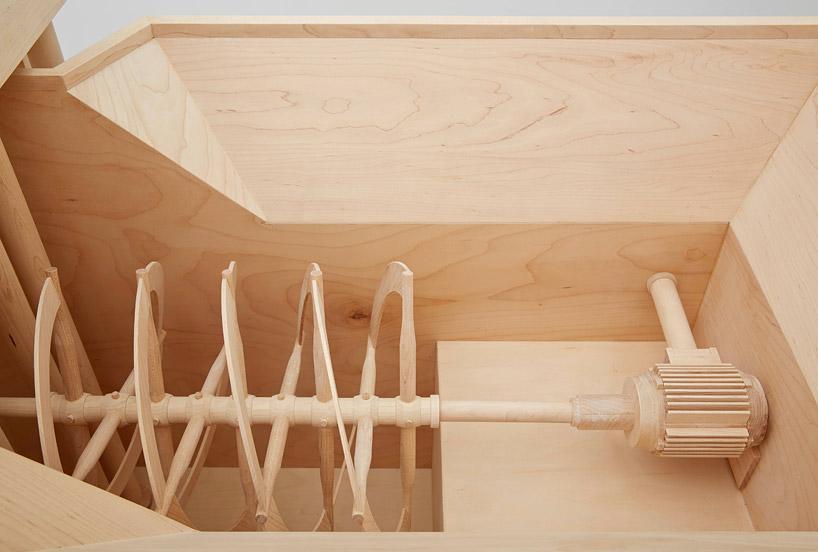 用木头雕刻实体大小的机场安检站