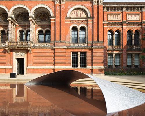 扎哈·哈迪德在伦敦维多利亚与亚伯特工艺博物馆地面上展出波峰形装置