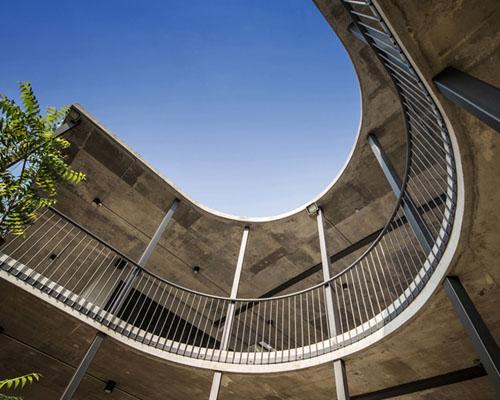 环绕圆形院落,由EJA设计的 Vermani 砖混住宅