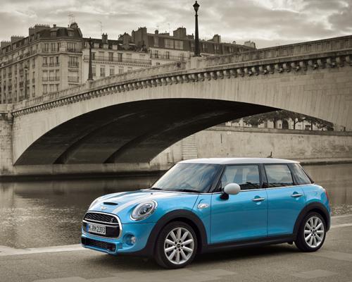 Mini 在巴黎车展上展出最新款 mini cooper sd 5,提供更大的乘客空间
