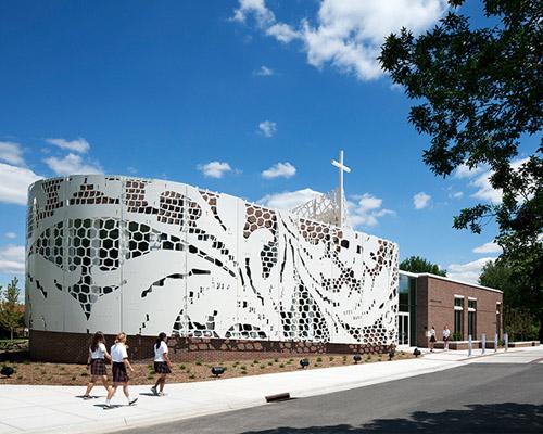Gould Evans 为圣特雷莎学院用铝板水切割工艺制作的花边状外立面