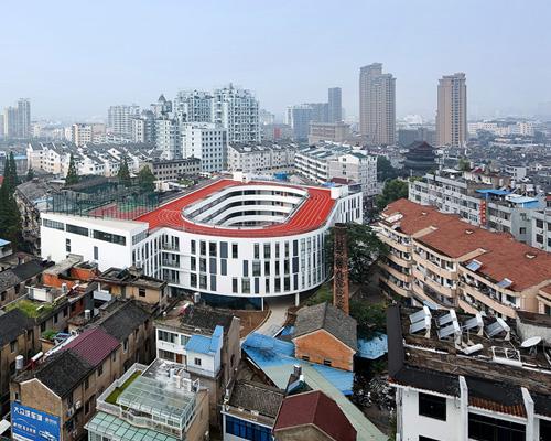 零壹城市 建筑事务所在学校屋顶上建跑道