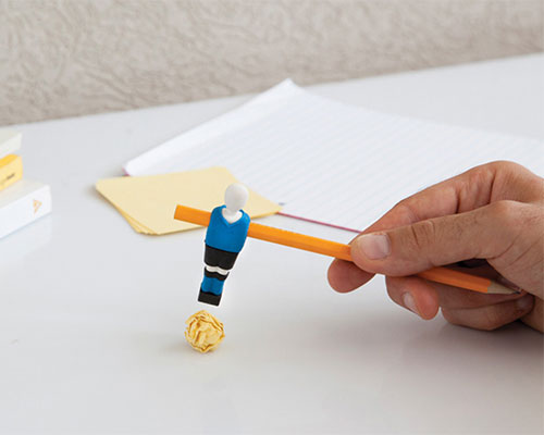 Peleg设计 的球笔将桌上足球带到你的课桌上