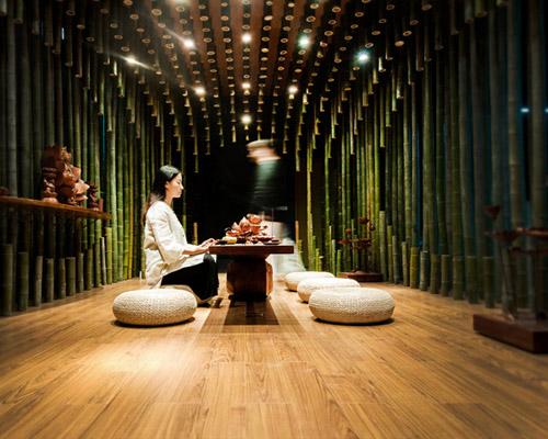 米丈建筑事务所利用木莲花和竹子设计了光影变化的 茶室
