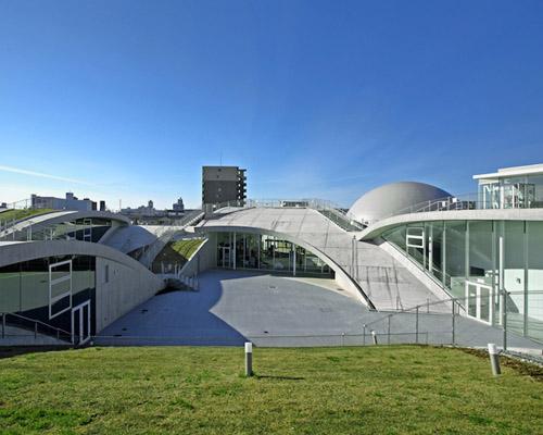 """城市建筑事务所设计在小松市设计起伏的""""科学 山丘 """""""