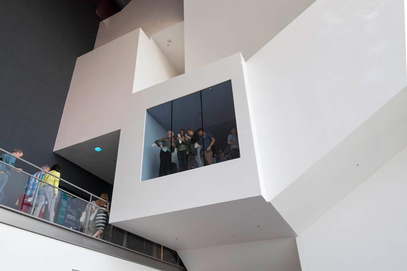 摄影:luuk kramer 潘多拉 音乐厅 围绕着中心的体块展开,包含有表演空间。幕墙结构环绕着这个体块形成了空腔,起到了隔声的作用。从表演大厅延伸出几何形体组成了座位区、酒吧、环形通道和自然采光区域,且与爵士音乐厅联系在一起。位于下方的大厅与室内 音乐厅 连接。体块由钢结构构成,表面覆盖石膏板,喷涂白色聚氨酯罩面漆。