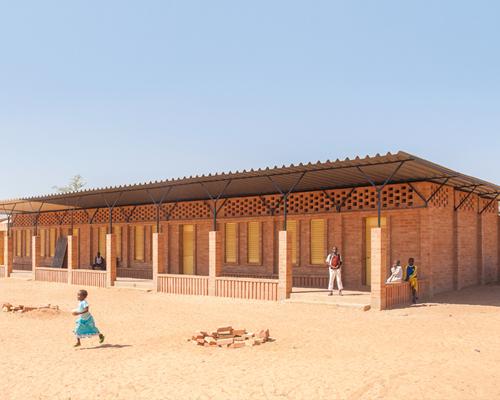 LEVS建筑事务所在马里用当地粘土砖砌筑的 学校