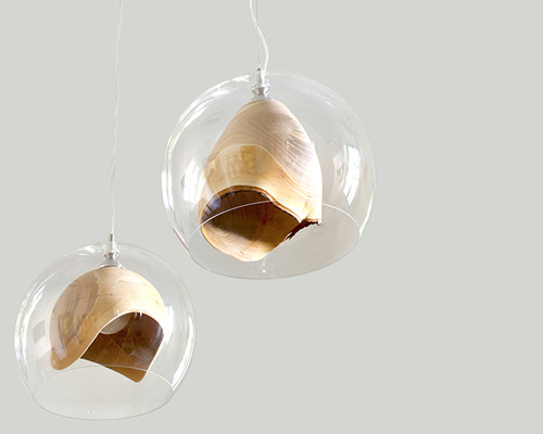 优雅的 teca灯 将原木雕刻和玻璃外罩相结合