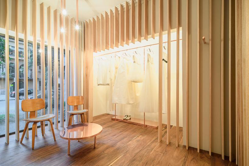 室内装修的主要元素是一系列竖向排列的木条,这些通透的隔墙划分出不