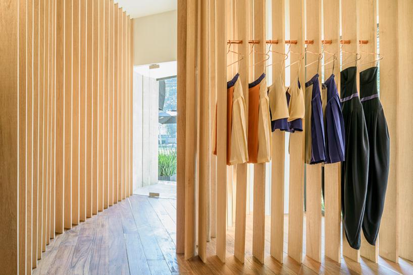 核心提示:在墨西哥市中心,zeller & moye建筑事务所用铜和木材作为装饰材料为当地的时尚品牌sandra weil设计了一家 零售店 。室内装修的主要元素是一系列竖向排列的木条,这些通透的隔墙划分出不同的区域。这种线性的重复让顾客可以慢慢去发现并挑选店中各层各区域所展示的服装。