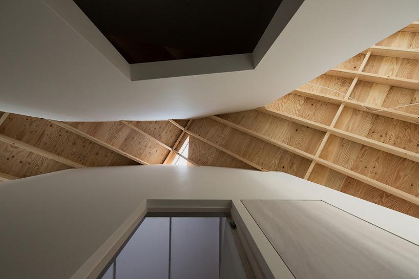 区位图   一层平面图   立面图   功能 其中卧室位于中心,起居室和工作