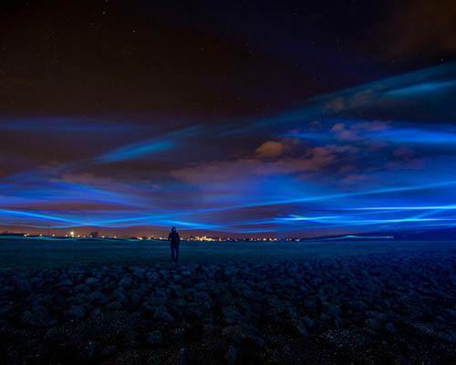 """漂浮在荷兰艾瑟尔河畔的""""极光星空"""""""
