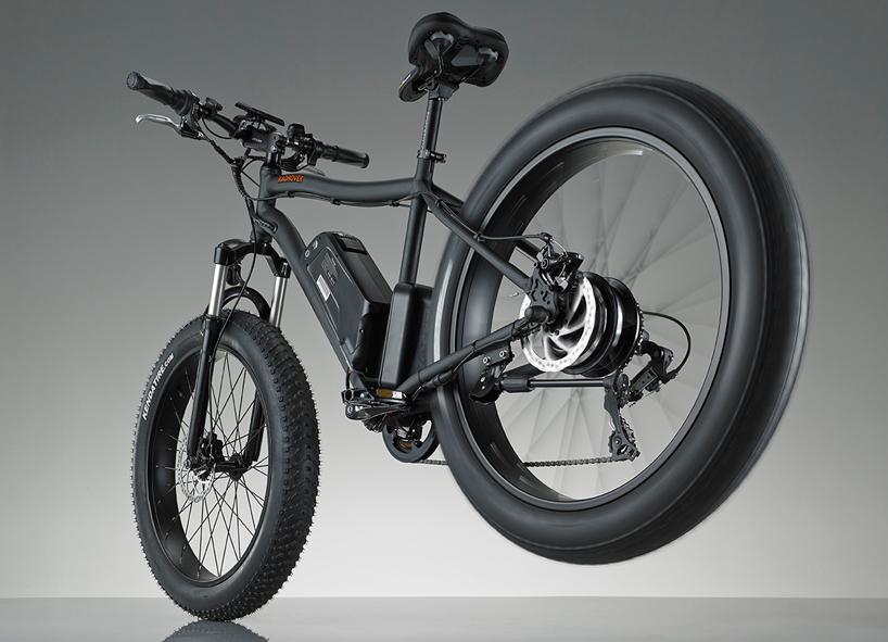 弧度越野电动自行车的马达安装在后轮上