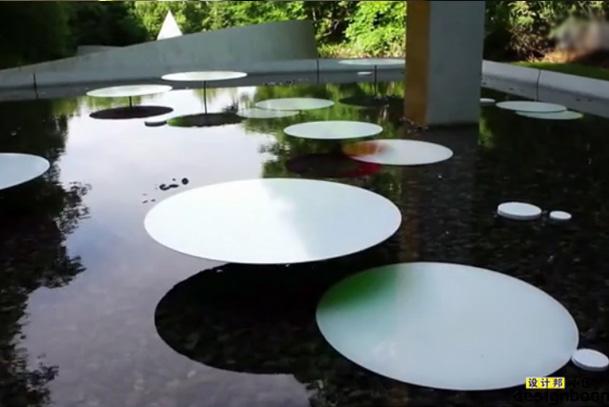 toshihiko shibuya在 札幌雕塑公园的水池上放置水上圆盘