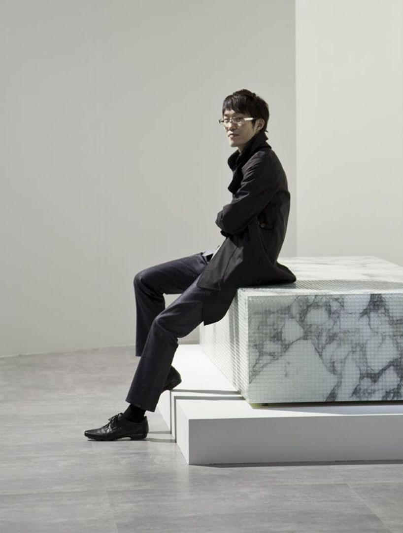 10岁返回日本,毕业于早稻田大学,2002年创立了nendo设计公司.