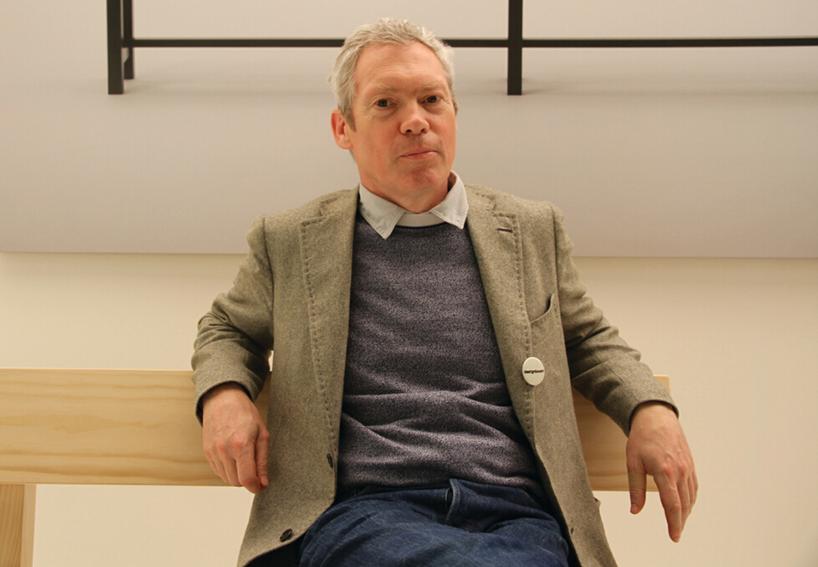 贾斯帕·莫里森Jasper Morrison,1959年生于伦敦,1985年从英国皇家艺术设计学院毕业 。他的家具设计比较有名 ,最有名气的是为2000年德国汉诺威世博会设计的有轨电车设计,该设计赢得了IF交通工具大奖。 英国设计师里面他算比较理性的,曾获得过柏林艺术大学的奖学金,这也许和他理性主义的产品设计有一些联系。他的风格简朴直接,设计语言凝练简洁,直指产品功能性。其作品具有超越时空的美感,常常从传统形式中获得灵感,用新技术和新材料去重新表现。其风格可说是具有道德意识。通过起初和vit