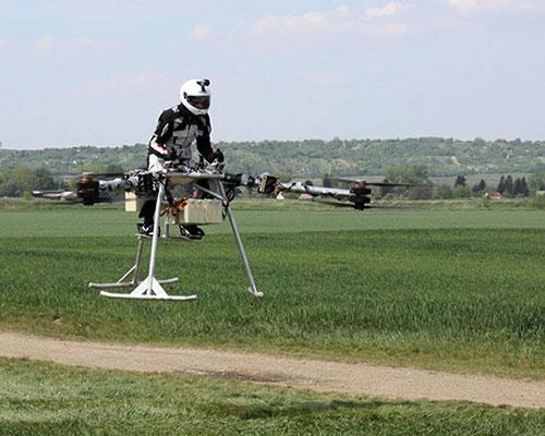 骑着'大鸟'飞上天!小型载人电动飞机Flike首次试飞