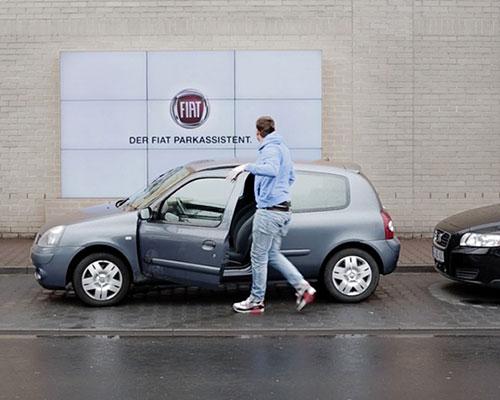 酷毙了:菲亚特在 LED 广告牌上安装智能停车指挥系统,车距远近早知道