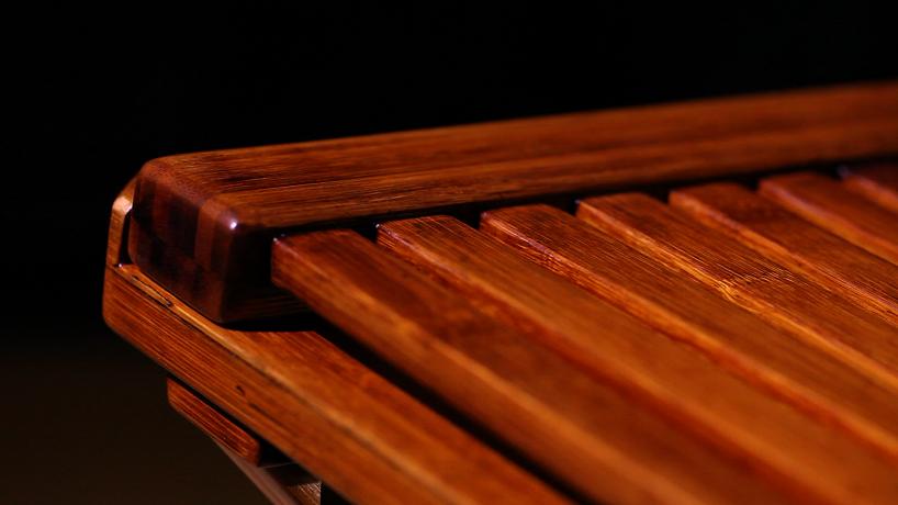 """石大宇将中国古代交椅的结构基础作为冯满天的专制演奏椅,由此发展出适合他全球巡回演奏的坐具,利用反应中华文化的竹材料,对应竹材质的工艺表达,在恒曇木言张晶总经理和张强总监的监督制作下,首次挑战竹材的资深木匠师傅,用双手塑造出各种精准的榫头卯眼,利落而坚固的竹条应用。加上取自于大自然的涂料生漆,经过大大小小二十八道工序后的最终陈品,视觉质地温润细腻,髹涂在木器之上能抗热防潮、耐久防腐。石大宇最新作品 – """"椅满风""""从此诞生。"""