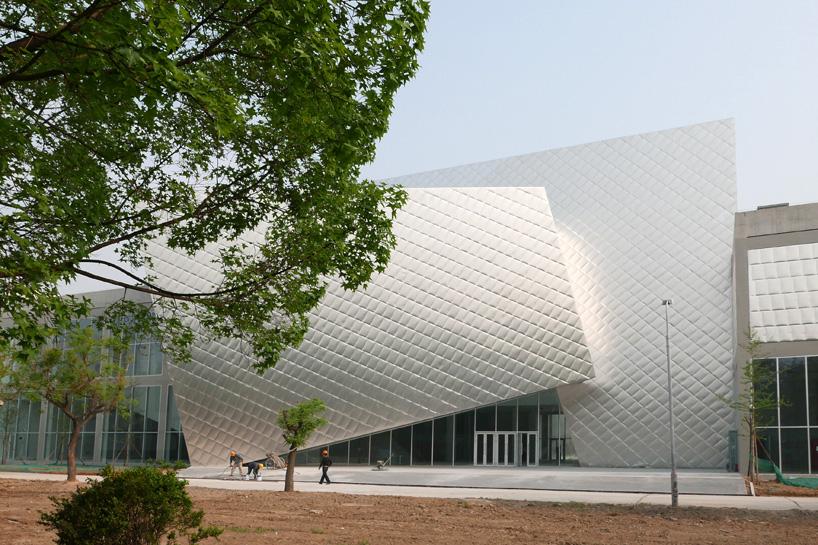 """由建筑学院翻译 中国最大的公共当代艺术美术馆正式开放,该美术馆由20世纪80年代的电厂改建而成。民生当代艺术馆由朱锫建筑事务所设计,其与标准的""""白色立方体""""的画廊空间形成对比,配置了一系列多样化的展览空间。通过重新利用现有建筑,设计团队将原厂区的粗糙工业特性与新建筑相融合。  该艺术空间位于翻新的电厂中 与传统艺术相比,当代艺术的一个显著特征是其表现形式的多元,为了成就这种特征,民生现代美术馆不仅塑造了传统美术馆中5m净高的经典空间,更有大小不一、尺寸各异、层高显著不同的空间:大盒"""