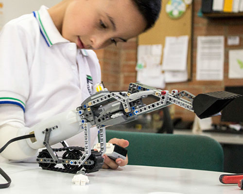 兼容乐高的智能义肢系统,帮助残疾儿童放飞想象力