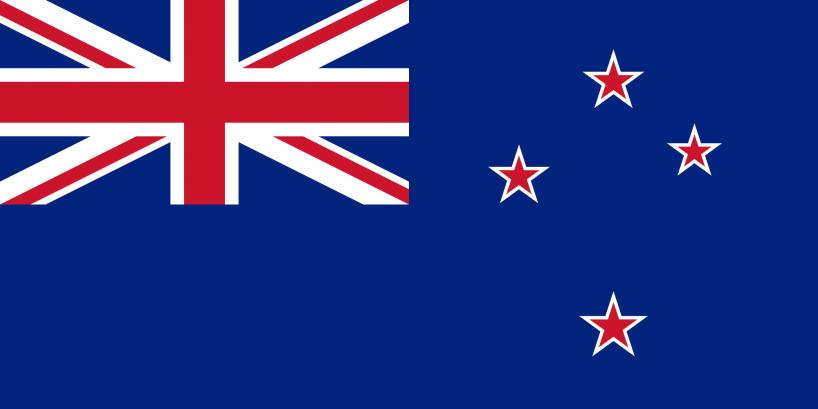 """卷曲的蕨叶象征着成长、力量、新生与和平。森林绿透出新西兰岛天然独特的自然美,描绘了我们的农业、运动以及户外运动的无穷魅力。白色代表了新西兰在毛利语中""""白云绵绵之地""""(aotearoa)的说法,以及新西兰人诚实正直、和平友好的民族特点。两种颜色放在一起,体现了人与自然的和谐共处。设计在1983年艺术家friedensreich hundertwasser提交的旗面方案上进行了更为简化的改动。"""
